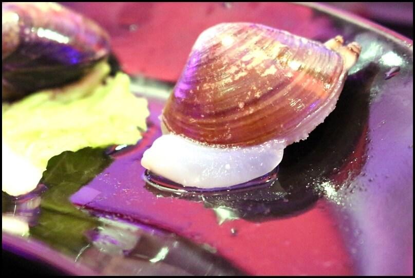 蛤蜊是活的,吐沙也吐得乾淨