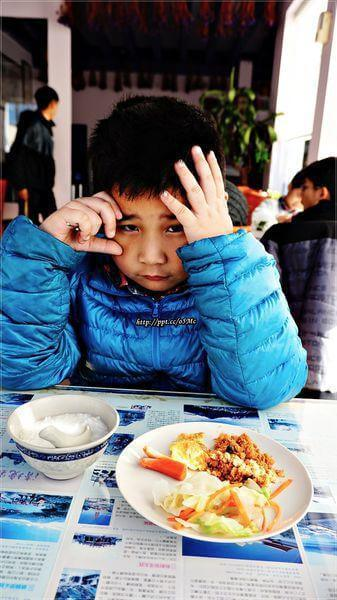 哈~被媽媽挖起來吃早餐的弟弟(一臉不高興XD)