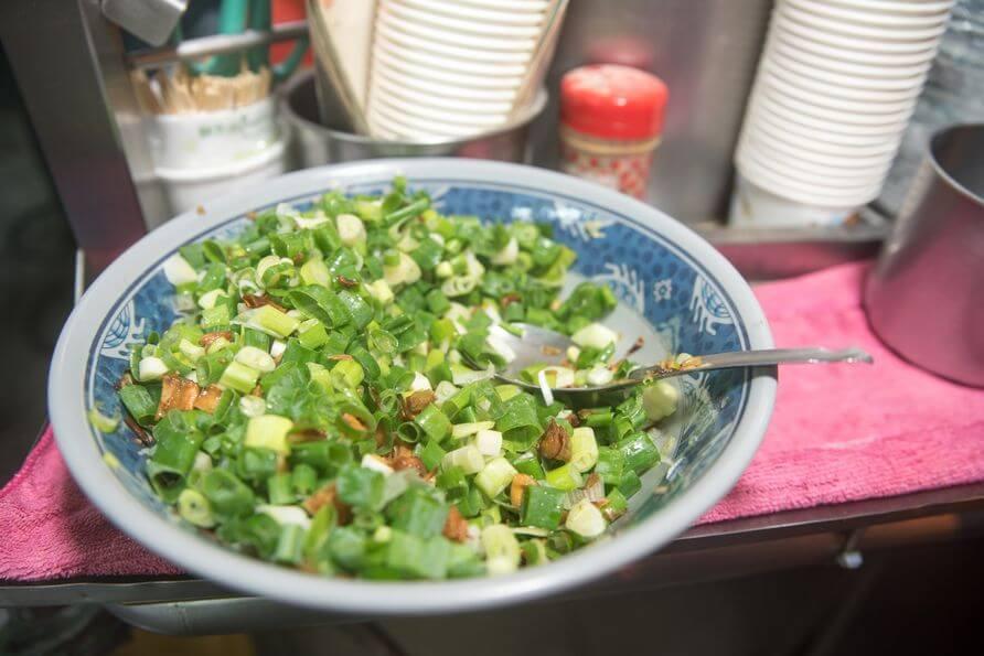 大量的蔥加上油蔥後淋上豬油,這一鍋可是老闆特地讓大家加在湯裡喝的佐料。