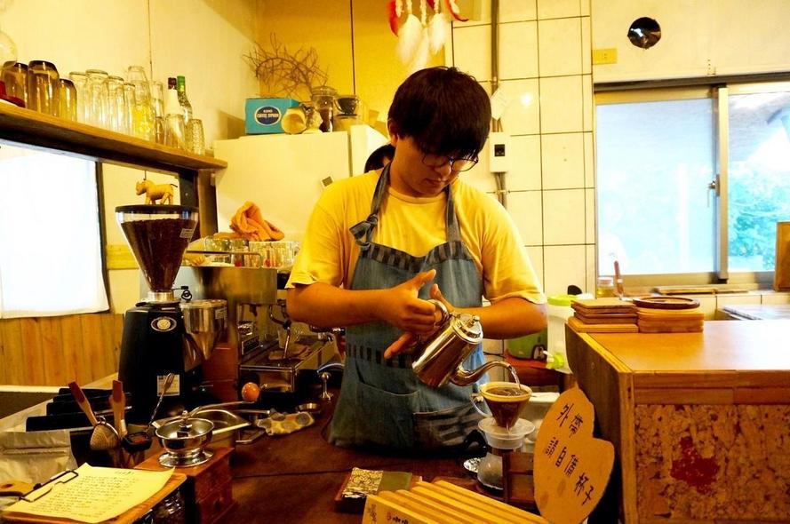 一張含有 室內, 個人, 桌, 廚房 的圖片  自動產生的描述