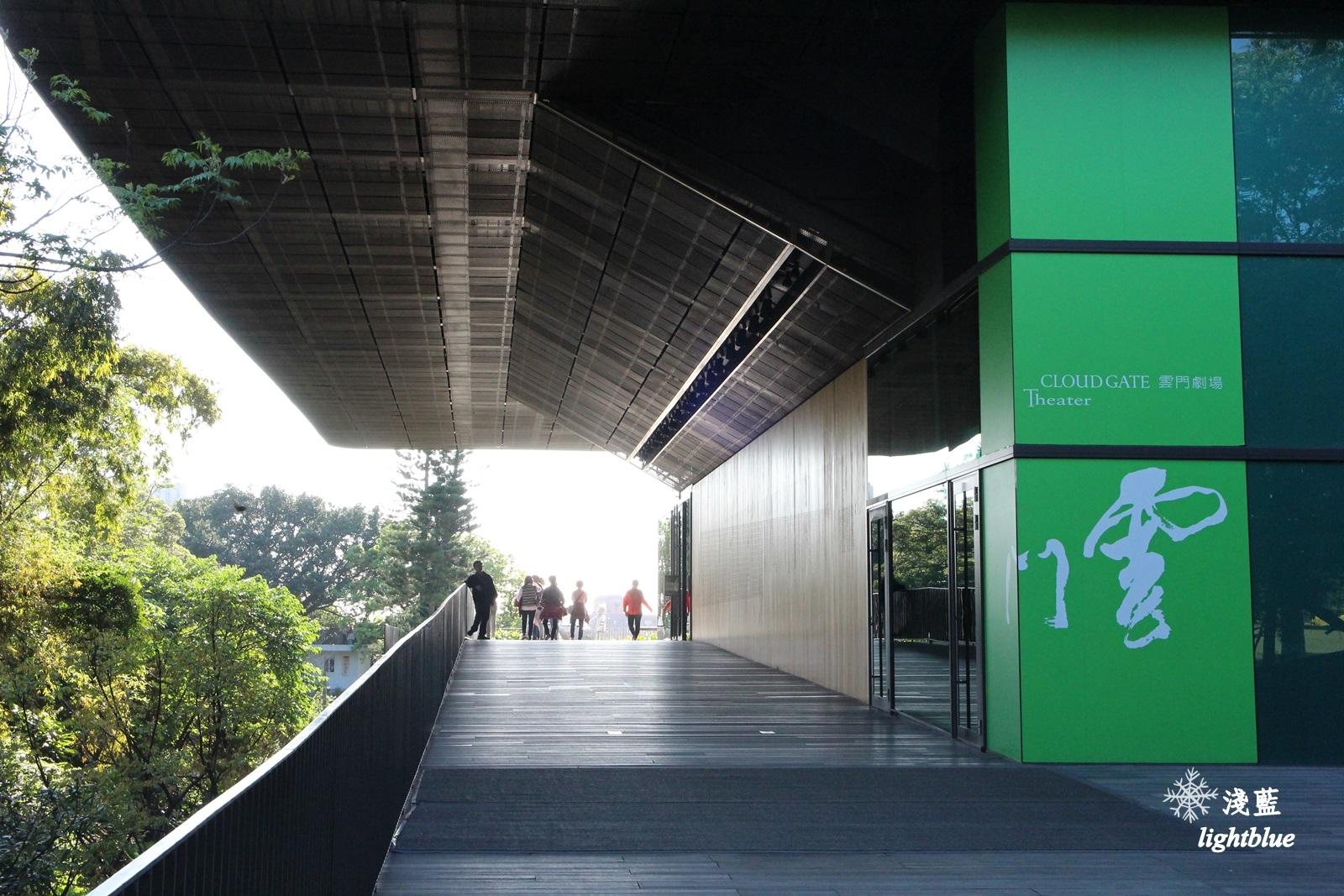 新北淡水景點:淺藍 × 雲門劇場~看樹看海看表演,在油綠大草坪遠眺台北港,329海景星巴克開幕