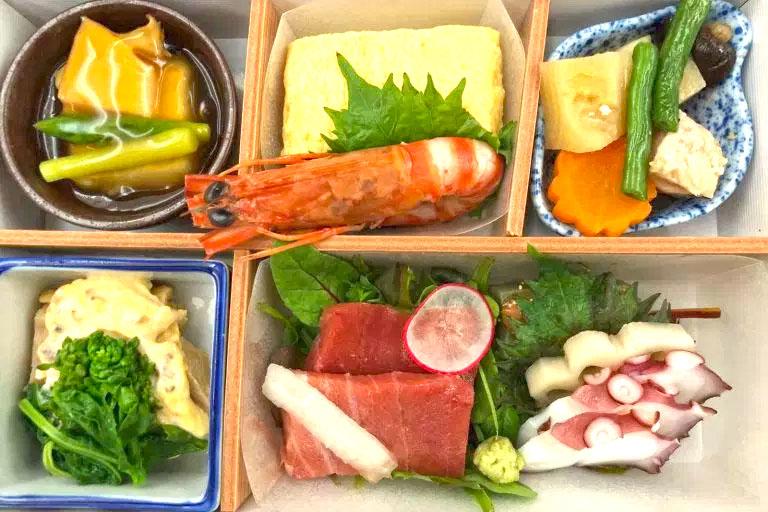 有現作壽司的「日航東京成田機場頭等艙貴賓室」 ,再帶你看帶日本航空商務艙的機上餐點!