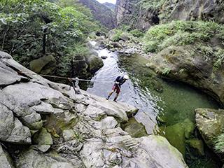 清澈溪水中看見瑞芳往日風華,新手也歡迎的「半屏溪溯溪」!