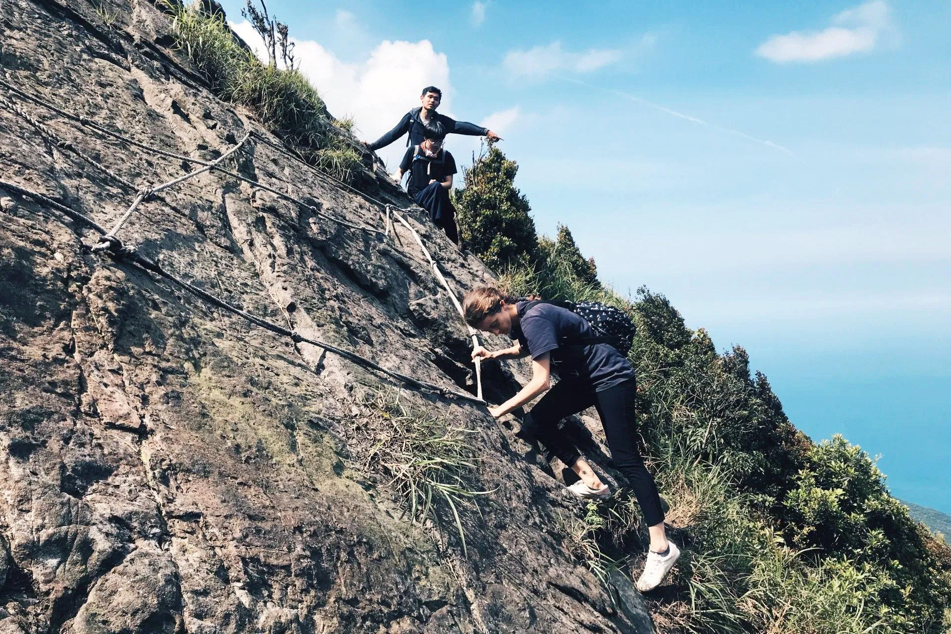 艷陽下搖動的龍脊「劍龍稜—鋸齒稜—555峰—無耳茶壺山」